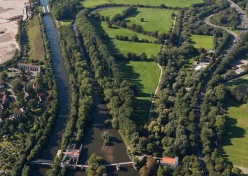 Luftbild mit Wasserkraftwerk und Wasserkunst im Vordergrund und Stichkanal Linden, Leineverbindungskanal und Leine im Hintergrund.