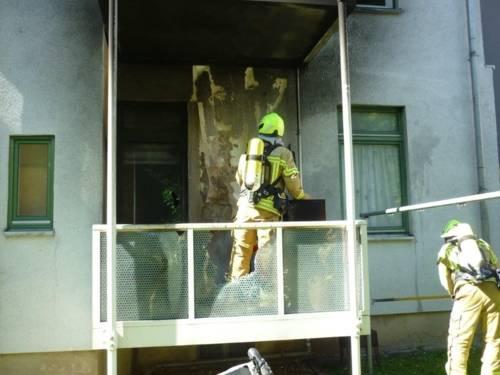 Die Feuerwehr Hannover löscht einen Brand auf einem Balkon.