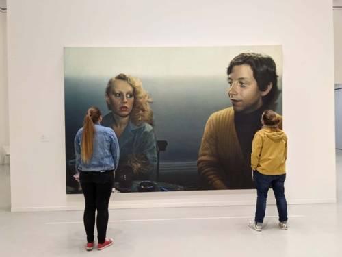 Eine Frau und ein Mann vor einem Gemälde.