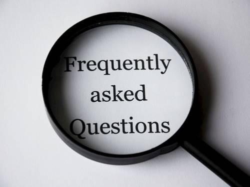 """Eine Lupe, die den Text """"Frequently asked questions"""" vergrößert"""