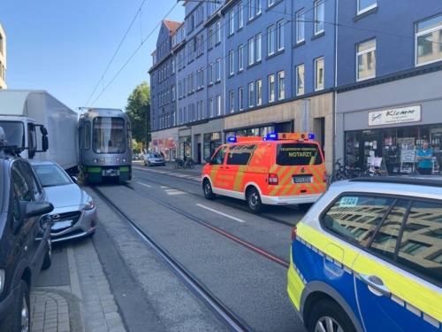 Unfall zwischen einer Stadtbahn und einem Auto.