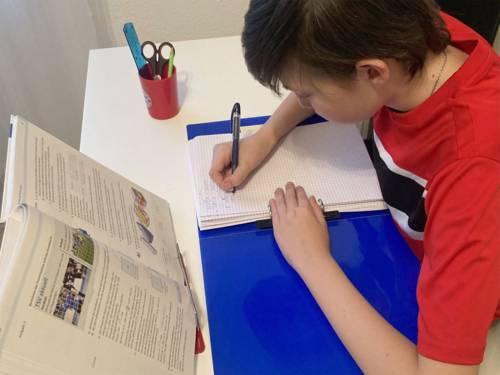 Die Kinder bekommen Hausaufgaben, damit sie das Gelernte in der Schule besser behalten können.
