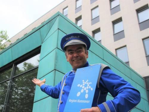 Weist den Weg zum Regionshaus: Pedro Prüser alias Regionald begrüßt die Gäste am Tag der offenen Tür der Region Hannover am 4. Juli 2021.