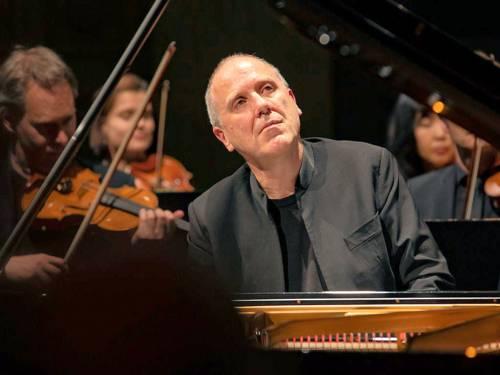 Pianist und klassisches Orchester