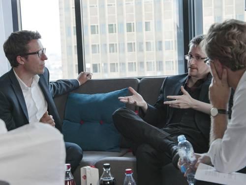 """Das Bild zeigt die """"SZ""""-Journalisten Bastian Obermayer (links) und Frederik Obermaier (rechts) mit Edward Snowden (mitte)."""