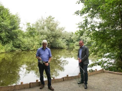 Zwei Personen vor einem Gewässer.