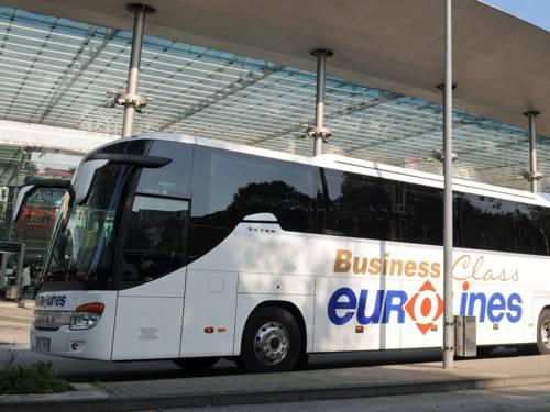 Bus an einer Haltestelle.