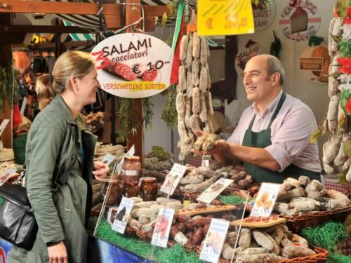 Frau und Mann an einem Salami-Verkaufsstand.
