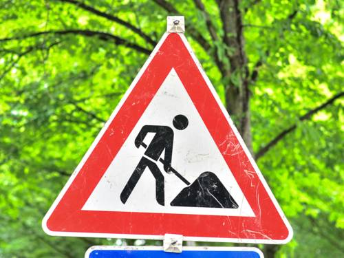 Ein rot-weißes Baustellen-Warnschild