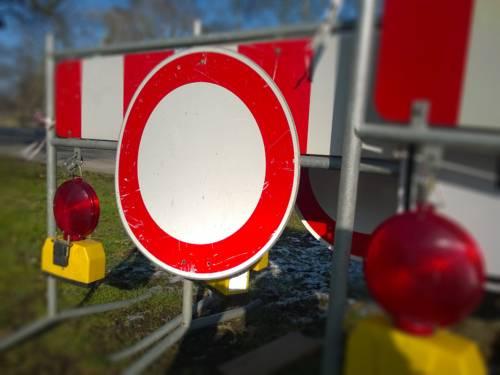 """Verkehrsbake mit dem Verkehrszeichen """"Durchfahrt verboten"""""""