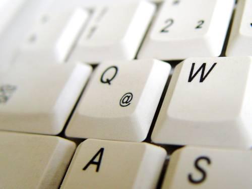 Eine PC-Tastatur, in der Mitte des Bildes steht die Q-Taste, über die auch das @-Zeichen umgesetzt werden kann