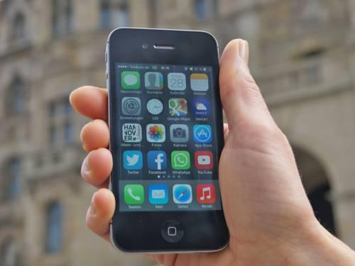 Nahaufnahme von einem Handy, auf dessen Display zahlreiche Apps zu sehen sind