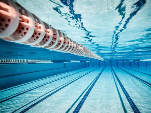 Unterwasserblick durch ein Schwimmbecken