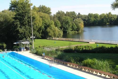 Blick auf das Schwimmbecken des Freibades und die angrenzenden Ricklinger Kiesteiche