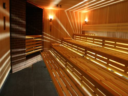 Saunabänke im Innern einer Sauna