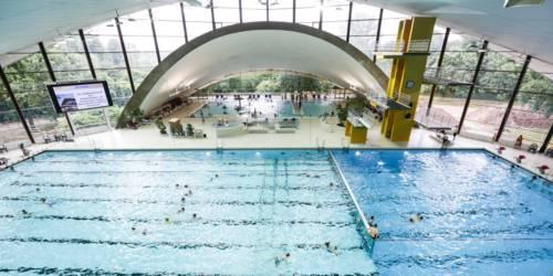 Hallenbad Schwimmbecken und Sprungturm