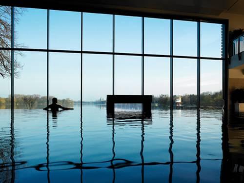Blick aus dem Spa & Pool-Bereich auf den Maschsee