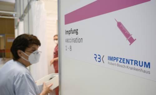 A nurse entering a vaccination booth at the corona vaccination