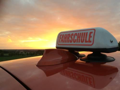 Fahrschulauto im Sonnenuntergang