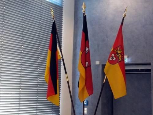 Drei Dienstflaggen