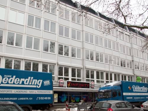 Vor dem mehrgeschossigen Gebäude in der Marktstraße 45 in Hannover ist reger Autoverkehr.
