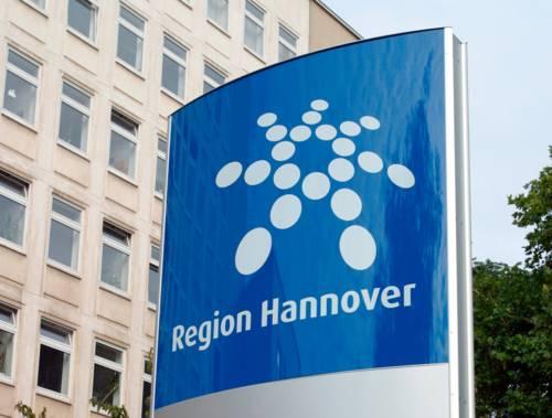 """Pylon mit Regionslogo und Schriftzug """"Region Hannover"""""""