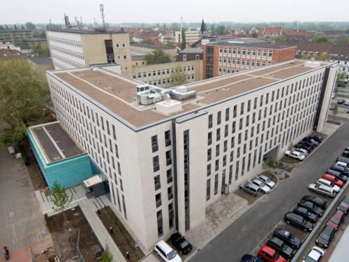Gebäudekomplex der Region Hannover zwischen Hildesheimer Straße und Maschstraße aus einer leichten Vogelperspektive vom Dach der benachbarten Stadtbibliothek.