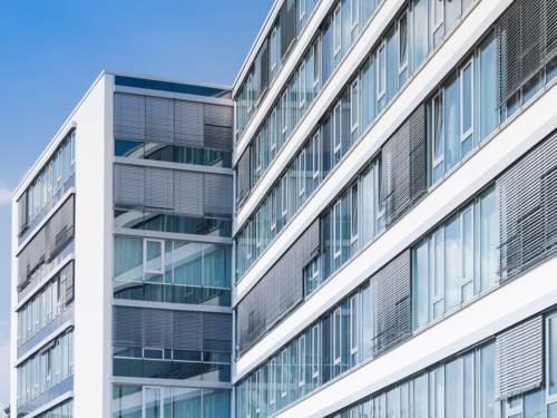 Glasfronten eines modernen Verwaltungsgebäudes