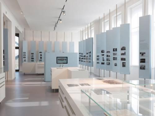Ein Ausstellungsraum mit mehrern Info- und Bildertafeln.