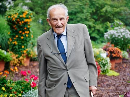 Zeitzeuge Ernest Wertheim draußen in einem bunten Garten.