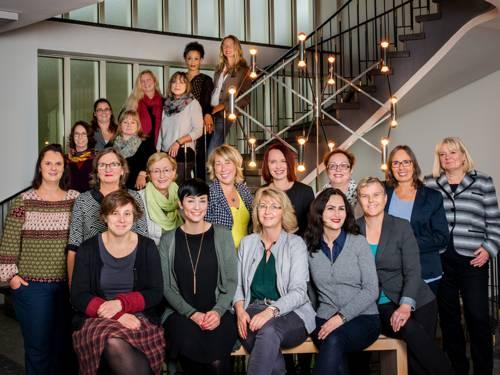 Gruppenbild von Frauen, die sitzen und stehen.