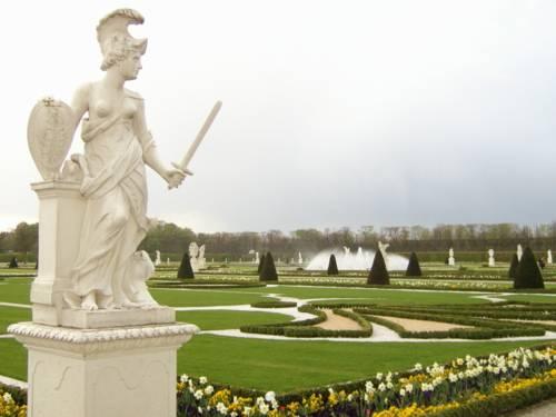 Barockgarten mit Frauen-Statue.