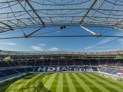 Der Innenbereich in der HDI Arena mit Logo.