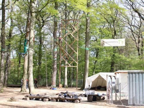 Auf diesem Bild ist im Vordergrund der Besprechungskreis zu sehen (hier findet auch die Einweisung zu Anfang statt). Im Hintergrund des Bildes befinden sich verschiedene  Elemente des Hochseilgartens.