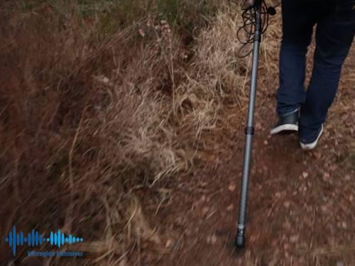 Es sind die Beine eines Mannes zu sehen, der draußen entlang läuft und ein Mikrofonständer hinter sich her zieht. Unten links im Bild ist das Logo der Hörregion Hannover eingeblendet.