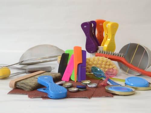 Gegenstände zur Klangerzeugung liegen auf einem Tisch.