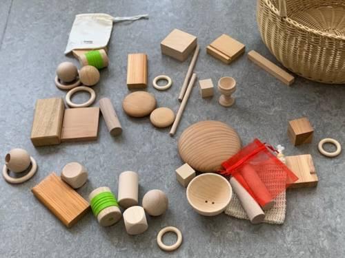 Gegenstände unterschiedlicher Form und aus unterschiedlichen Materialien liegen auf dem Fußboden.