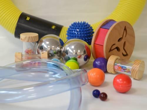 Klingende Gegenstände und Instrumente, darunter Plastikschläuche und Metallkugeln.