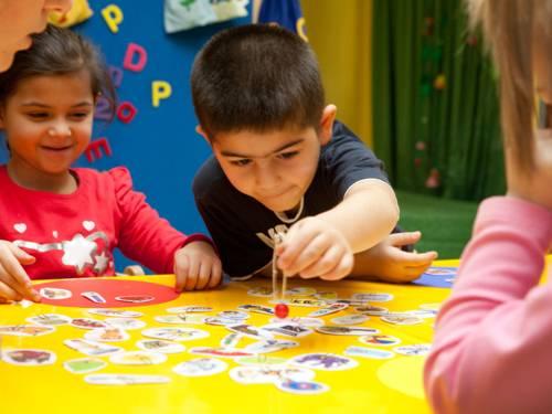 Kinder spielen ein Gesellschaftsspiel
