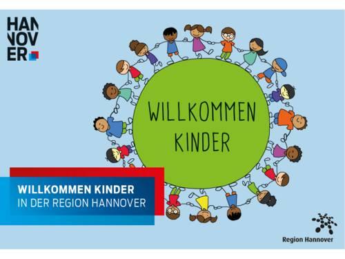 """Zeichnung mit Text: Kinder halten sich um einen grünen Kreis herum an den Händen, in einem grafischen Element, in dem ein blaues Rechteck ein rotes Rechteck überlagert, steht: """"Willkommen Kinder in der Region Hannover""""."""
