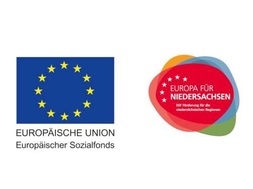 """Links ist ein blauer Bereich mit 12 gelben Sternen und darunter der Text """"EUROPÄISCHE UNION. Europäischer Sozialfonds"""". Rechts ist ein mehrfarbiger Bereich mit sechs weißen Sternen und darin der Text """"EUROPA FÜR NIEDERSACHSEN. ESF Förderung für die niedersächsischen Reginen""""."""
