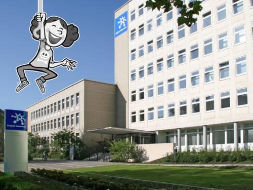 Besucherinnen und Besucher können den Eingang zum Haus der Region an der Hildesheimer Straße 20 über eine Treppe und eine Rampe erreichen. Oben links ist die Zeichnung eines Mädchens eingefügt.