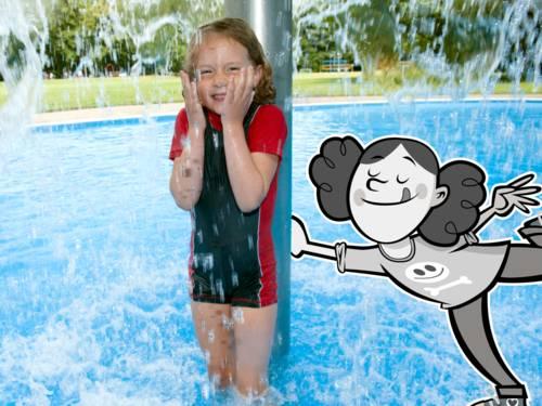 Ein Mädchen duscht im flachen Becken eines Freibades unter einem Duschpilz, neben ihr ist ein gezeichnetes Mädchen.