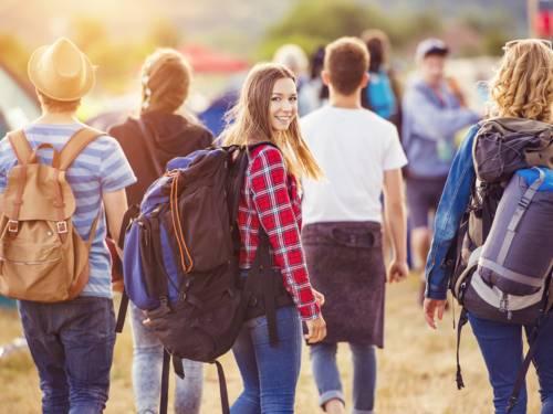 Gruppe Jugendlicher mit Rucksäcken