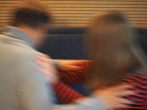Ein Konflikt zwischen einer männlichen und einer weiblichen Person ist so weit ausgeartet, dass beide körperlich miteinander rangeln und sich schubsen. Diese Bewegungen erzeugen eine Bewegungsunschärfe.