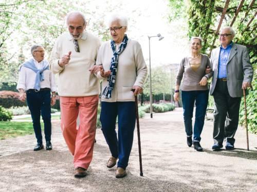 Eine Gruppe älterer Menschen geht spazieren