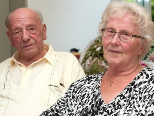 Ein älteres Paar sitzt nebeneinander.