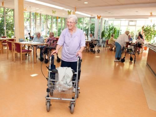 Ein älterer Mensch in einer Seniorenresidenz