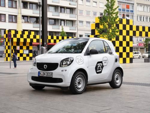 Ein Auto der Marke Smart, das in der Innenstadt Hannovers steht.