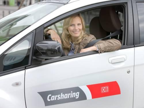 Eine Frau sitzt in einem Auto.